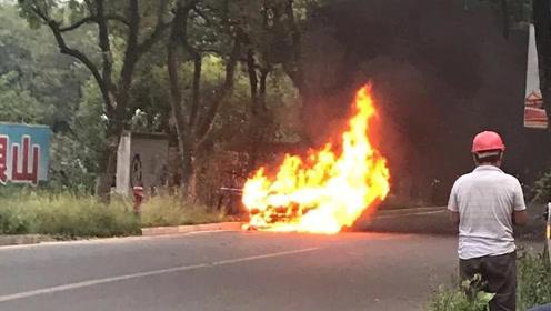 恐怖!广西桂林一小车路边爆燃烧成火球,夫妻俩跳车逃生