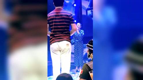 美女和迟志强老师唱《铁窗泪》,一开口真的醉了 !