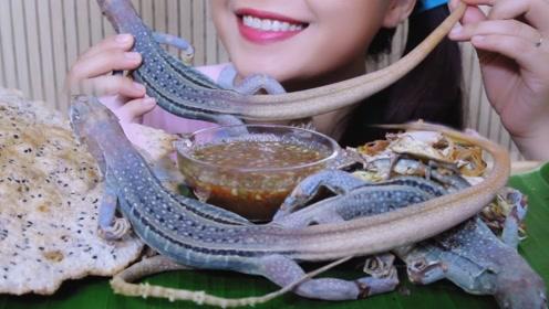 太生猛了!韩国美女生吃蜥蜴,场面真是开眼界了