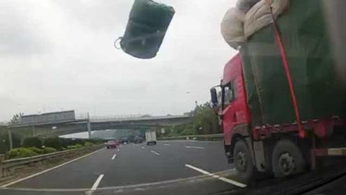 还好司机这样做!高速上飞出一块雨布,小车玻璃被砸成蜘蛛网