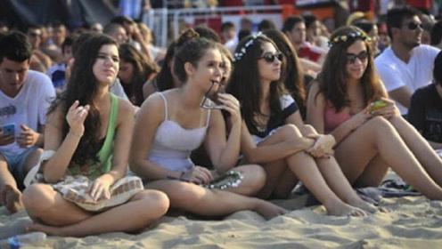来到中国游玩的美国美女,看到沙滩这一幕纳闷:中国人都这么富?
