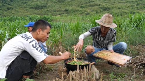 刚出水的河鱼怎么做才好吃,小伙野外煮了满满一大锅,看饿了