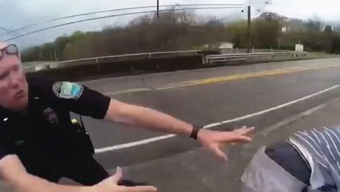 这波操作给满分!实拍:男子纵身跳桥 警察机敏反应将其拽回