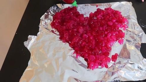 老外把1000个爱心糖果融化,做成情人节礼物,女友看见感动哭