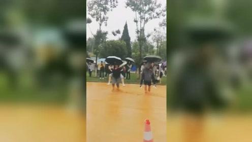 因突降暴雨昆明一高校多处路段被淹 男生们背女生涉水上课