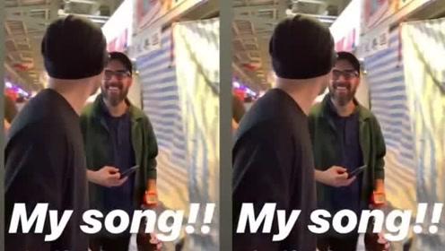 周杰伦遇摊贩放自己新歌 得意笑说:唉呦,放我的歌