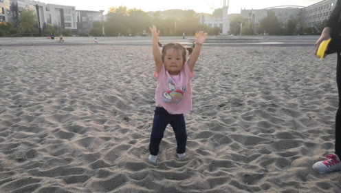 广场舞的魅力太大,2岁的宝宝着魔,听到音乐宝宝就动起来!