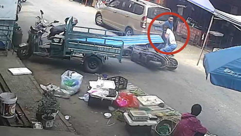 警惕路边障碍!大叔骑车不慎惨遭铁皮割颈 双手捂脖求助路人