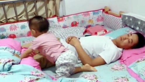 宝宝醒来发现爸爸没有盖被子,接下来宝宝的举动,让爸爸很意外!