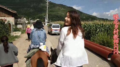 小夫妻走茶马古道,男孩说马都被压得喘不过气了;这是嫌女孩胖吗