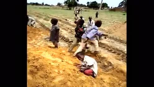 中国小伙在非洲去菜市场途中,拍摄发生的一幕幕!