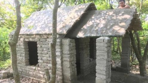 城里人去玩荒野求生,用原始技术盖了座砖房,网友:这是高手!