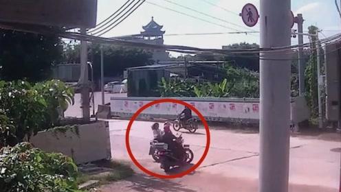 摩托车男子小心过路口,没想到还是被撞上了,真是太巧了