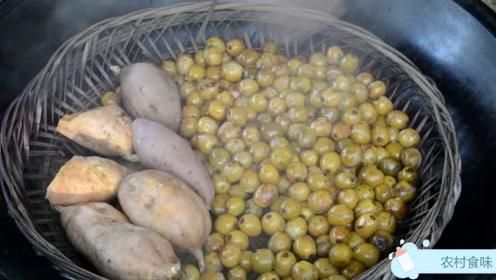 秋天山上有很多的野果成熟了,捡一篮子酸枣挖些地瓜,做酸枣糕吃