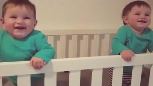 双胞胎宝宝相互傻笑,妈妈都忍不住跟着乐,可爱
