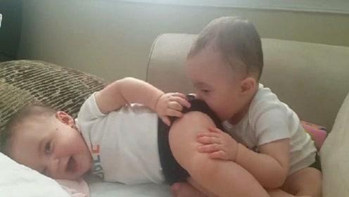 双胞胎哥哥亲弟弟的屁股,不料弟弟竟放了个屁,爸爸都快笑岔气了