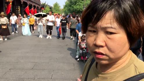 南京街头国旗飘扬,国庆长假人流暴增