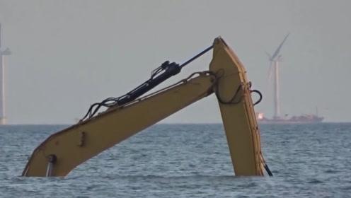 在海里玩的挖掘机你见过吗?还能在水下工作,这操作让人眼前一亮