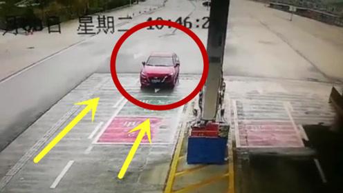男子下车买烟,却疏忽了一件事,监控拍下尴尬的30秒!