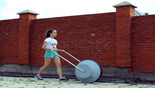 小女孩发明混凝土搅拌机,放入水泥、沙子,推一推就能够制作水泥