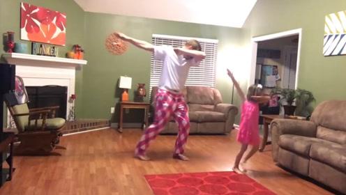 爸爸陪小情人跳舞,两个人配合太默契,各种神同步,太让人羡慕了