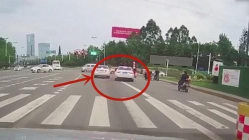 路怒症又犯了,两位司机丝毫不让别车,真的好危险!