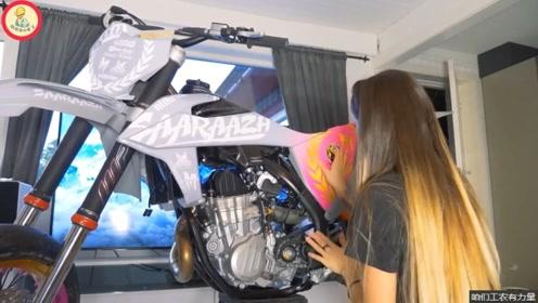 小姐姐买来一台越野摩托车,自己动手贴完了版花,这摩托变漂亮了