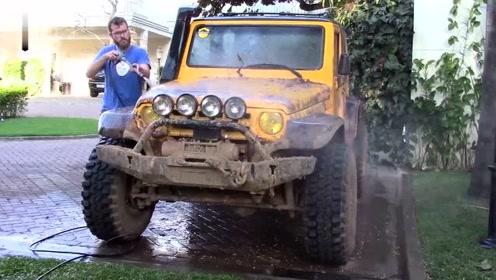 看到儿子的车这么脏,大叔实在受不了了,拿起工具上去帮车子洗澡