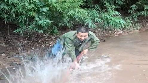 河里鱼太聪明了,竟然能躲过我的箭还能避开我的弓,看来要发明新捕鱼神器了