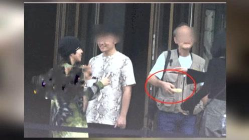 窦靖童街头抽烟被拍 与路人拍照交谈率性随和