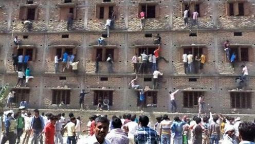 印度学生考试有多疯狂?考场外家长爬楼送答案,监考老师:管不了