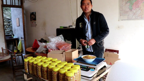 """湖南人最爱的""""酸菜"""",小伙卖到全国各地,酸辣开胃,你会买吗"""