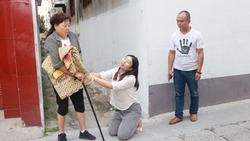 母亲不愿拖累女儿,非要回农村老家,路人看到后,改变了娘俩命运