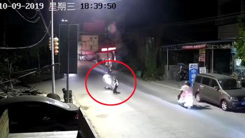 行人过马路被摩托车瞬间撞飞数米远 监控拍下惊险一幕