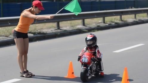 """世界最小的""""摩托车骑手"""":4岁的小奶娃,技术却稳如老司机!"""