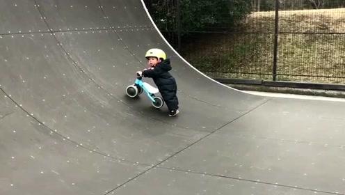 一岁的宝宝骑平衡车遇到上坡时,接下来他的举动太萌了