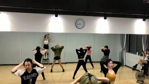 舞者们舞蹈室跳最火的《野狼disco》,画面太魔性了!