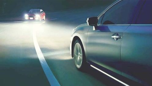 夜里跑高速还在用近光灯?交警看到都摇头:不懂开车就不要上路!