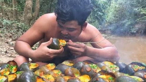 男子野外发明海鲜新吃法,看完之后,网友直呼:简直太会享受!