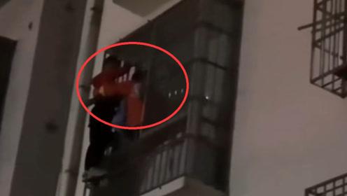 熊孩子偷买手机怕家长责怪 徒手爬到四楼外墙被困