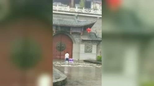 大理一小伙跪在雨中求爱两天两夜 身边还放一束花画面感人