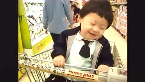 妈妈带小宝宝逛超市,宝宝困得不行,接下来边笑边打瞌睡!