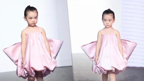 董璇3岁女儿走秀,小酒窝扎丸子头,穿粉色吊带裙自信大方