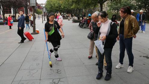 大妈跳着舞写地书引来围观,广场舞跳出新花样