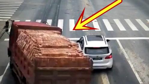 满载砖头的货车发生侧翻,回看监控让人气愤不已!
