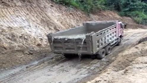 满满一车水泥,还没到地就淌了半车,老板看见准扣钱!