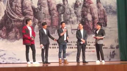吴京笑称在《攀登者》的路演上认识了一帮损友,张译却还主动帮吴京整理衣服
