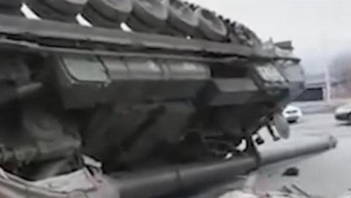 俄士兵急刹车致榴弹炮跌落翻了个底朝天 要赔270万 其汽车已被没收