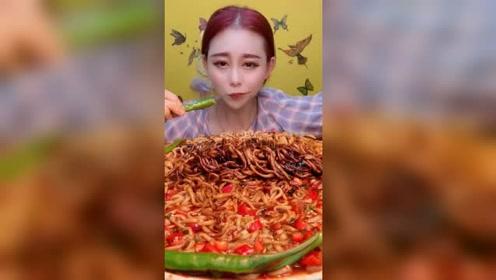 美女姐姐直播吃辣椒,一口一口的真过瘾