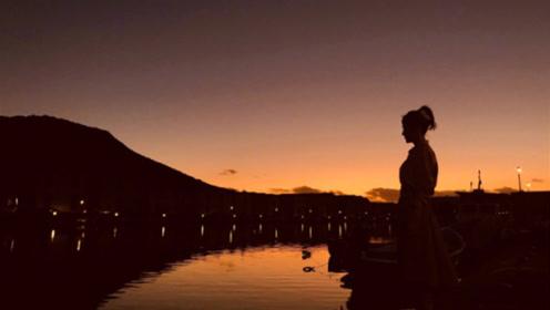 秦岚扎高马尾与粉丝分享美景 余晖下侧立湖畔剪影优雅